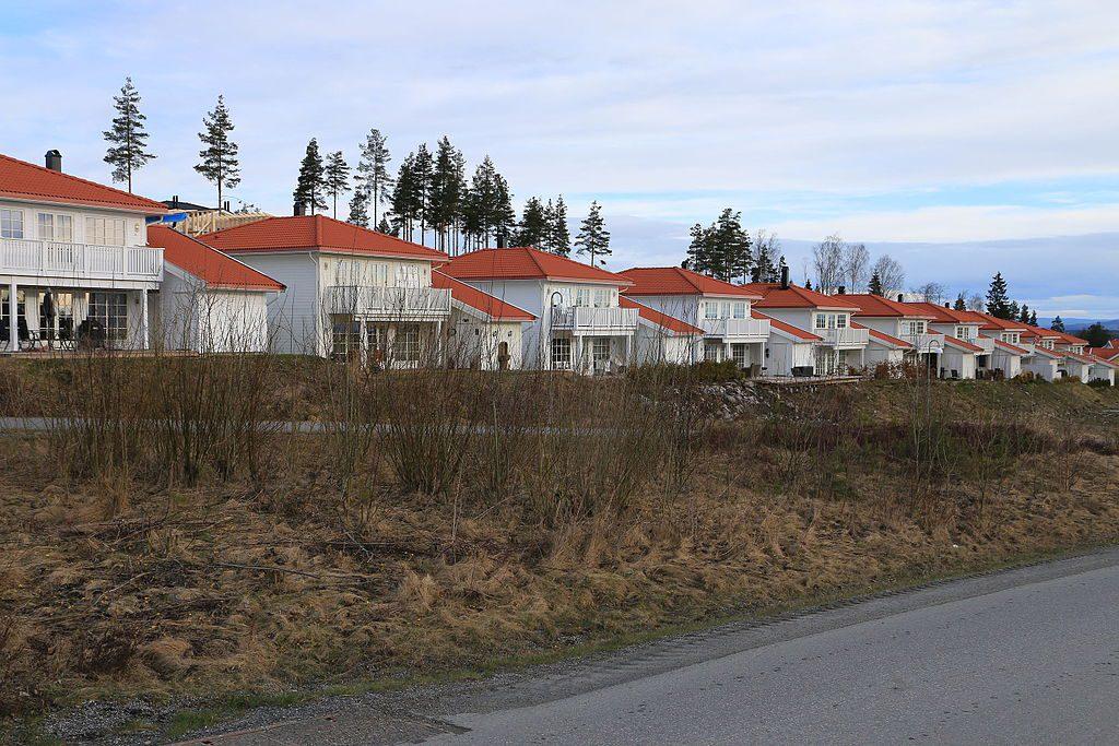 Rekkehus_ved_storflyplasssuburben_Neskollen_ved_Hvam_i_Akershus_-_Norwegian_row_houses