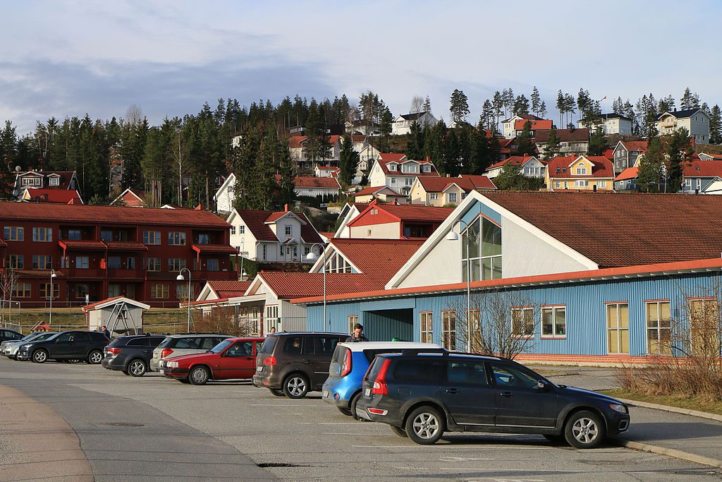 Neskollen is a typical hilltop suburb around the new airport Gardermoen, consisting of a central shopping mall with some apartments around, and then the McMansions become bigger and bigger towards the top, with the very biggest ones on the top itself